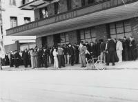 Queue for employment, Castlemaine Perkins Brewery, Milton, c1937