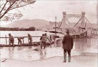 Sandbagging the southern approach to the Fitzroy River Bridge, Rockhampton, 1918