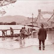 Sandbagging the southern approach to the Fitzroy River Bridge, Rockhampton, 1918